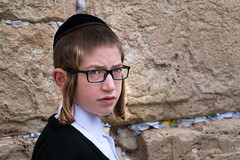 Orthodox boy at the Western Wall in Jerusalem, Israel. (Phototravelography) Tags: knabe ragazzo locken headshot portraitphotography cap uomo kopf belief hombre religiousclothing kippah testa fuori westernwall bambino people person wailingwall westwand drausen jewishhat closeup yarmulke lips leute cabeza headcover joven religious kippa taqiyah niño individuo retrato ebreo kind god muro augen gerusalemme junge jerusalem gafas ortodosso outdoor macho jewish individuum religioso religion israel gesicht persona strase occhiali hair ritratto orthodox klagemauer gente headgear glasses mann individual metaphysical