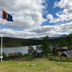 #Dagensfoto I dag firas samernas nationaldag över hela #Sápmi. Här en bild som vi tog i #somras i #Fatmomakke #Kyrkstad 12 mil nordväst om #Vilhelmina 😊 (svenskvagguide) Tags: dagensfoto sápmi somras fatmomakke kyrkstad vilhelmina
