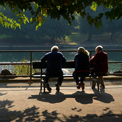 Morning break (Thomas Roland) Tags: sq square squared shade skygge men old bench bænk europe travel efterår autumn herbst 2018 nikon d7000 europa city by torino turin tourists tourism tourist italy italia italien rejse view udsigt river flod po flodbred waterfront morning morgen