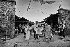 Entrance (Zoom58.9) Tags: market people shopping entrance povery humans monochrome groups markt einkauf menschen armut eingang sw asia srilanka asien kandy canon eos 50d bw