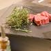 Ungebratenes, saftige Steaks mit Bund Rosmarin auf Schieferplatte