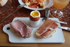 Kräuterschinken und geräucherter Schinken auf frisch gebackenem Weißbrot zum Frühstücksei (multipel_bleiben) Tags: frühstück essen typischdeutsch schinken schweinefleisch