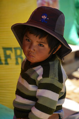 portrait Bolivie_2314 (ichauvel) Tags: portrait petitgarçon littleboy enfance childhood tristesse sad chapeau hat regard yeux eyes tarabuco chuquisaca bolivie bolivia amériquedusud southamerica amériquelatine voyage travel attitude expression exterieur oustide pauvre poor