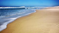 Sur la plage abandonnée ... (Ciceruacchio) Tags: sea mer mère mare ocean oceano acqua sand sabbia sable atlanticcoast costaatlantica côteatlantique medoc france francia frankreich nikon