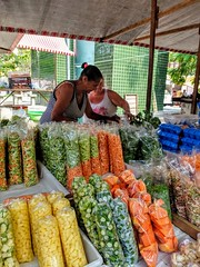 tudo pronto (lucia yunes) Tags: mercado mercadorias feiralivre feiradaurca feira legumes verduras verdura vendedores streetvendor streetmarket streetshot streetscene streetphotography fair mobilephotography mobilephoto cenaderua fotografiaderua fotoderua luciayunes motoz3play marketplace