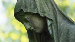 Trauernde (1elf12) Tags: statue bonn germany deutschland friedhof cemetary
