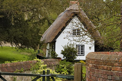 Thatched cottage, Dorchester-on-Thames, Oxfordshire, England (edk7) Tags: nikond50 edk7 2007 uk england oxfordshire dorchesteronthames thatchedcottage architecture building oldstructure gate wall brick tree grass bush shrub window urban rural village