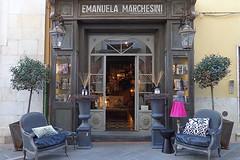 PIETRASANTA - Toscana (cannuccia) Tags: pietrasanta toscana negozi vetrine botteghe grigio lettere parole lampioni