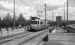 Schijn bedriegt (railfan3) Tags: amsterdam amsterdamsetrams osdorp cornelislelylaan haltepietwiedijkstraat 1975 tram1975 openbaarvervoer gvb gemeentevervoersbedrijf amsterdamse amsterdams amsterdamtrams grijzetrams lijn1 trams1975 amsterdamwest trams trolleys tramcars tram transport gvb614 tramway triebwagen tramwagens trammaterieel trammetjes tramwegmaterieel transportation tramtracks tramstramlijnen tramstellen tramrijtuigen tramvoertuigen retrotrams classictrams vintage oldtimers oldtrams streetcars strassenbahnwagen strasenbahn streetscene strasenbahnwagen straatbeeld tramhalte tramstop nederlandse beijnestrams 3ggeledetrams sneltram sneltramlijn lightrail