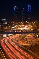 Hacia-las-torres-copia (invesado) Tags: madrid nocturna estelas nikon d750 tamron 70300 coches rojo españa torres
