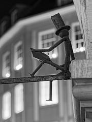 Der Zeitungsleser von Münster. (alterahorn) Tags: dxo teleobjektiv 75mm olympusmzuiko75mm olympusomdem1ii olympus bw blackandwhite nb sw newspaper verlagshaus verlag tageszeitung zeitung prinzipalmarkt wn westfälischenachrichten münster