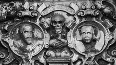 Memento Mori 05 (byronv2) Tags: edinburgh edimbourg scotland oldtown greyfriars greyfriarskirkyard kirk kirkyard cemetery church churchyard boneyard graveyard grave tomb memorial sculpture blackandwhite blackwhite bw monochrome carving history skull