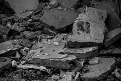 Alès Pres st jean-8618 (YadelAir) Tags: alès immeuble destruction pelleteuse débris démolition rue noiretblanc habitat hlm