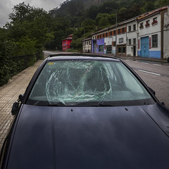 Crack (Julio López Saguar) Tags: segundo juliolópezsaguar coche car automóvil color colour infiesto asturias españa spain calle street cristal glass parabrisas roto broken