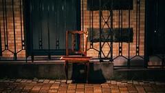 Have a Seat (Tom Levold (www.levold.de/photosphere)) Tags: brussels bruxelles brüssel fujixpro2 xf56mmf12 street ig night nacht regen rain spiegelung reflection copplestones pflaster still stillleben chair stuhl
