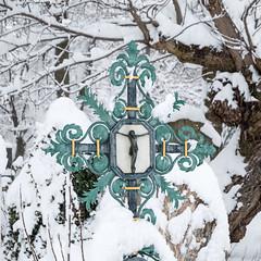 Still Winter (bayernphoto) Tags: winter schnee muenchen munich bayern bavaria ostfriedhof friedhof cementry snow kalt cold massen schneemassen weiss eis ice baum grab engel statue saeule kreuz jesus christus christ gekreuzigt tief verschneit
