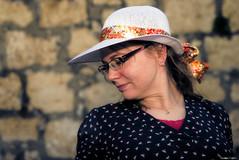 Insaisissable (Le dahu) Tags: portrait model modèle modeling woman girl female femme hat chapeau glasses lunettes spring printemps extérieur outside d610 darktable nikon tamron 2470 70mm french