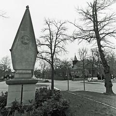 Denkmal Berlin Dahlem 8.3.2019 (rieblinga) Tags: berlin dahlem dorfkirche kriegsdenkmal mittelinsel 832019 analog rollei 6008 ilford fp4 sw