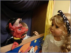 Ein bisschen furchtsam... / A bit scary... (ursula.valtiner) Tags: puppe doll bärbel künstlerpuppe masterpiecedoll kasperltheater punchtheatre teufel devil