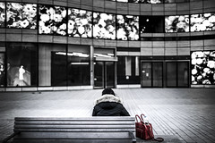Waiting for the blind date (Iso_Star) Tags: sony ilce7m3 sigma 35mmf14dghsm|art018 30mm street city stadt strase menschen people frau woman tasche bag bank