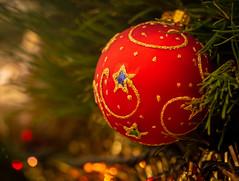 holiday bokeh (Mariasme) Tags: christmas bokeh christmastree ornament red bauble macromondays redux2018 holidaybokeh pregame