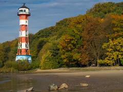 Leuchtturm Rissener Ufer (Torsten schlüter) Tags: deutschland hamburg rissenerufer rissen herbst laub farben angler leuchtturm elbe ebbe olympus 45mm 2018