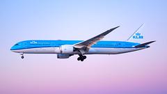 MSP PH-BHC (Moments In Flight) Tags: minneapolisstpaulinternationalairport msp kmsp mspairport aviation avgeek airplane airliner boeing 787 dreamliner klm 7879 phbhc pastelsky bluehour
