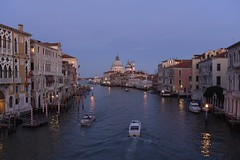 twilight (snowshoe hare*) Tags: dsc4977 venice pontedellaccademia bridge venezia grandcanal italy twilight boat ヴェネツィア ベニス アカデミア橋