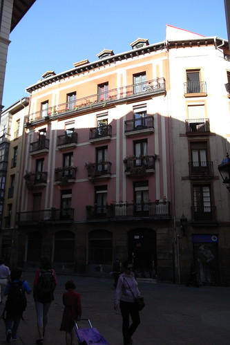 20100604 001 Jakobus Bilbao Hausfassaden Fenster Balkon