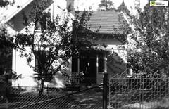 tm_6253 - Tidaholm, Västergötland (Tidaholms Museum) Tags: svartvit positiv exteriör bostadshus trädgård grind tidaholm