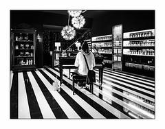 Un parfum de musique. (francis_bellin) Tags: mars blackanwhite olympus andalousie streetphoto piano street netb photoderue grenade pianiste noiretblanc monochrome parfums rue bw 2019 odeur espagne