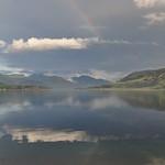 L'arc-en-ciel et son reflet, loch Broom, Ullapool, Ross and Cromarty, Ecosse, Grande-Bretagne, Royaume-Uni. thumbnail