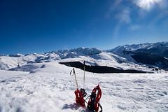 En raquette (Meculda) Tags: neige snow montagne blanc montain france white raquette rouge red sky ciel bleu nikon soleil sun flare sport trip randonnée exérieur couleur paysage landscape