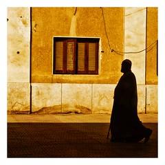 voyage en train (3) (Marie Hacene) Tags: egypte lecaire gare train silhouette mur ville street homme