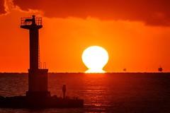 灯台とだるま夕日 (milk777) Tags: 船形 だるま夕日 夕日 夕景 灯台
