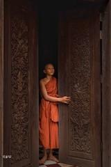 Cambogia - La luce è vita contro l'oscurità. (iw2ijz) Tags: nikon reflex d500 ruins rovine door porta chiaroscuro portrait workshop cambodia cambogia monaci monk
