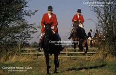 Bevoir Hunt Leicestershire  HUNTERS FOXHUNTING FOXHUNT UK (Homer Sykes) Tags: jumpingfences bevoirhunt leicestershire foxhunting hunt hunters fieldsport travelstockuk blacksilk tophat horseback ridingout wealthwealthy rich people personmen man britain england uk british english countryside 1980s 80s