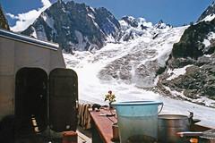 Souvenir...... Faire sa vaisselle devant les Grandes Jorasses ! (Yvan LEMEUR) Tags: refuge glacierdeleschaux refugedeleschaux grandesjorasses montblanc massifdumontblanc glacier glace chamonix hautesavoie hautemontagne alpes alpinisme landscape paysage extérieur glacierdumontmallet