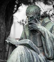 Der Lesende --- The reader (der Sekretär) Tags: bronze buch friedhof grab grabmal grabstein gräber italien italy mailand milano statue book cemetery dead death gestorben grave gravestone graveyard sterben tombstone tot