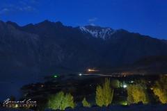 Village de Passu après le coucher du soleil © Bernard Grua (Photos de voyages, d'expéditions et de reportages) Tags: passucones glacier karakoram montagne hunza gojal bernardgrua passu gilgitbaltistan pakistan