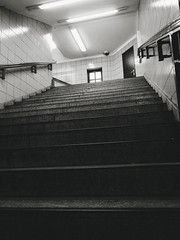 2019-04-13-180515_bw (Schmidtze) Tags: architektur ausflug bahnhof berlin berlinfriedrichshainkreuzberg blackandwhite building einfarbig gebäude kreuzberg olympusepl9 olympusm918mmf4056 railwaystation schwarzweis stadt stair staircase treppe ubahnhof ubahnhofschlesischestor deutschland