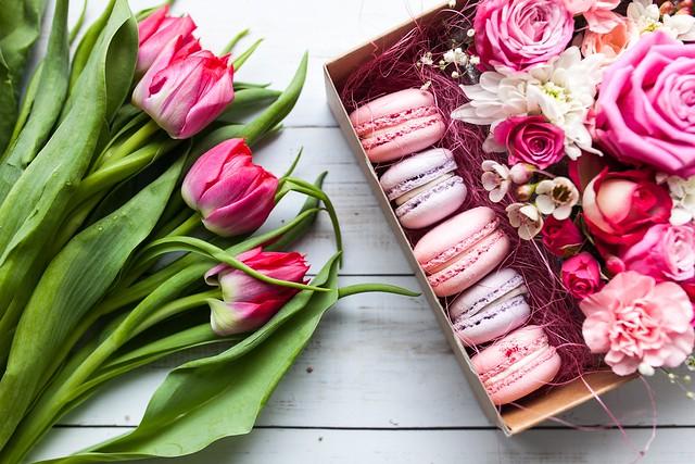 Обои цветы, розы, букет, тюльпаны, макарОн картинки на рабочий стол, раздел цветы - скачать