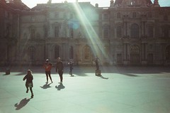 Le Louvre (Gwenaël Piaser) Tags: louvre museum contrejour backlight sunny child playing cours city musée muséedulouvre flare c41 cinestill cinestill800isotungstenxproc41 800asa iso800 tungsten 800tungsten cinestill800t film negative negatif 800tungstenxproc41 xpro colorfilm unlimitedphotos gwenaelpiaser konicahexaraf konicahexar konica hexar analog photography argentique 135 24x36 fullframe compact pointandshot hexanon35mmf20 hexanon 35mm street rue paris parigi france francia îledefrance february 2019 february2019 février winter hivers touristes tourists facade light sun 2500