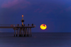 Full moon rising in Catalonia Jan-21-2019 (Fnikos) Tags: sea water mar seascape landscape sky skyline cloud pont puente pier bridge architecture construction decoration city lighthouse people bay moon moonrise atardecer anochecer nightfall dusk luna badalona outdoor
