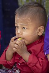 petite famille birmane (Patrick Doreau) Tags: portrait asiatique asian birman myanmar birmanie bagan sourire smile beauté beauty burma famille family cérémonie fête pagode enfant child garçon