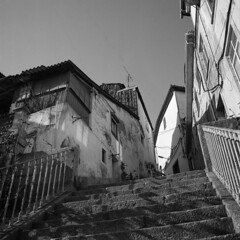Old Covilhã (lebre.jaime) Tags: portugal beira covilhã hasselblad 500cm distagon c3560 ilford fp4 iso125 analogic film 120 film120 middleformat mf 6x6 squareformat pb pretobranco blackwhite bw noiretblanc ptbw epson v600 affinity affinityphoto street stairs house