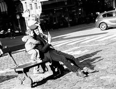 Father & son (BenoitGEETS-Photography) Tags: a6000 sony father vader père papa son fils bn bw bruxelles brussels blackwhite noiretblanc nb streetphoto sablon placedusablon