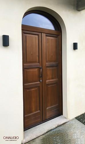 Portone in legno a 3 pannelli 2 ante e sopraluce ad arco