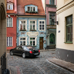 Riga | old town (©Andrey) Tags: riga lettonie latvia old town new car street tourism capital center roof window colour door lattern spy camera way sel35f14z a7rii bentley