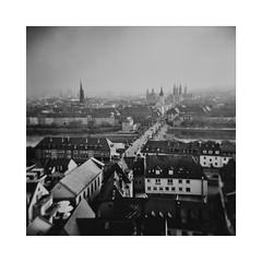une vieille photo [... pour Nadine] (Armin Fuchs) Tags: arminfuchs würzburg lavillelaplusdangereuse panorama altemainbrücke rivermain city diagonal holga film analog mediumformat mittelformat 120mm ilfordfp4125 6x6 square